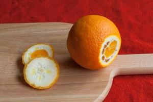 Snij de boven en onderkant van de sinaasappel af.