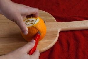 Snij de zijkanten van de sinaasappel af.