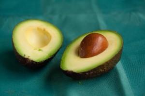 Avocado snijden gehalveerd
