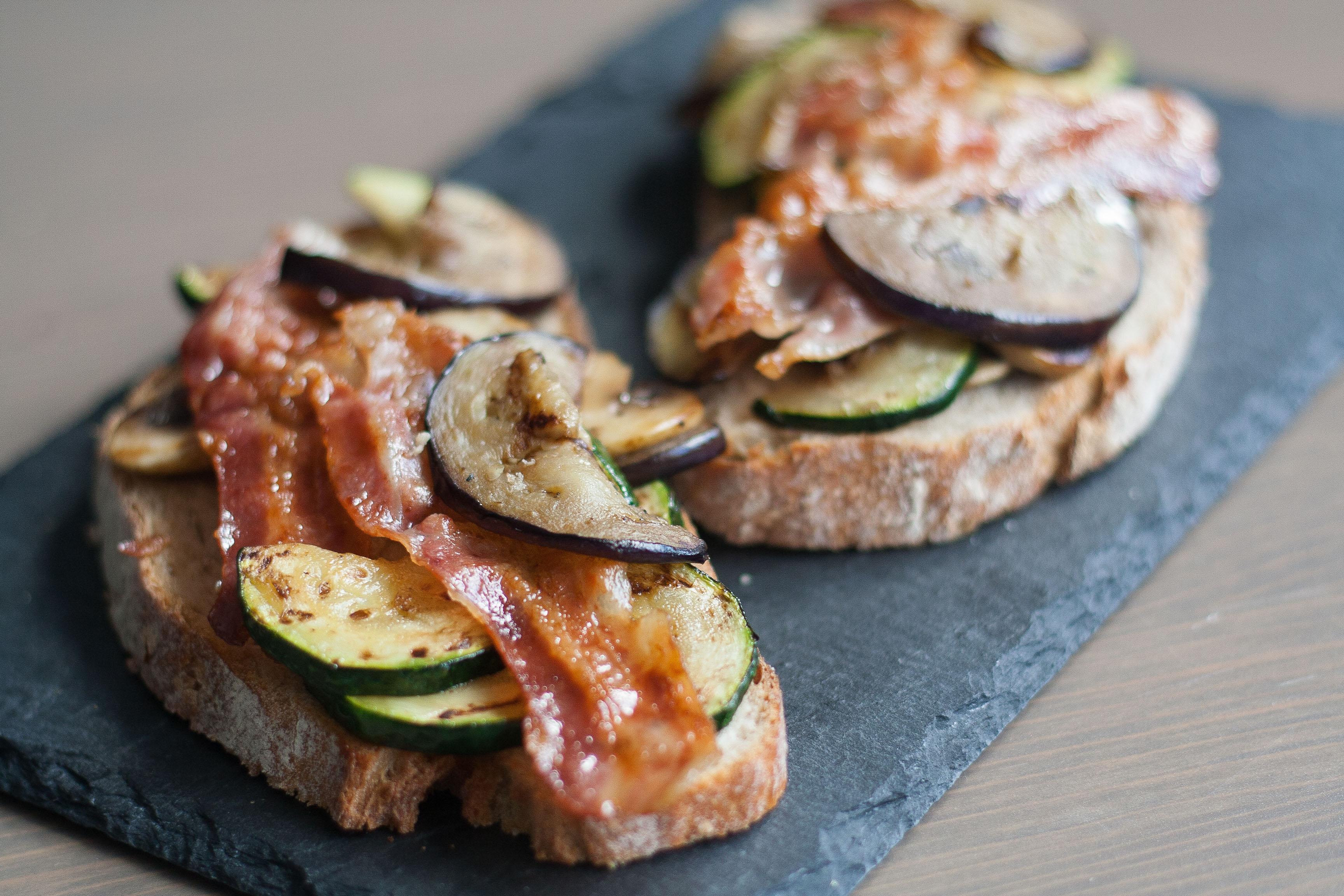 broodje geroosterde groenten en bacon
