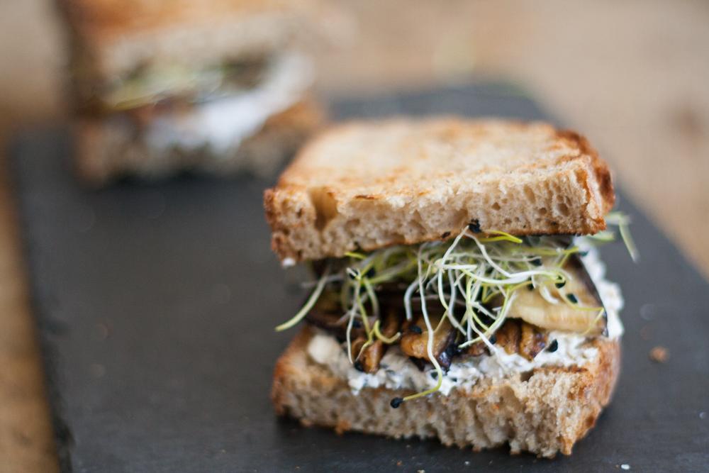 Broodjes met fetaspread en gegrilde groenten