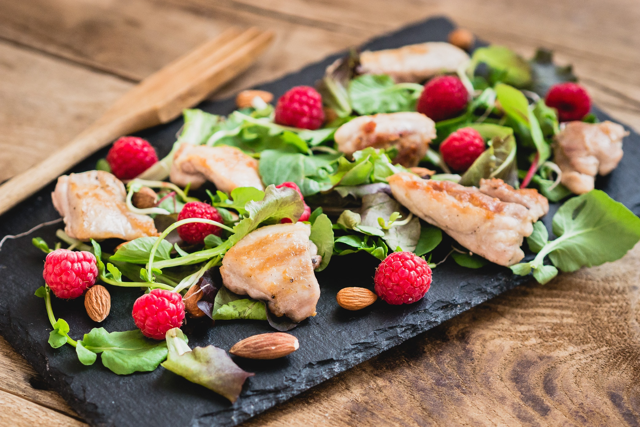 Salade met gegrilde kip en jam dressing