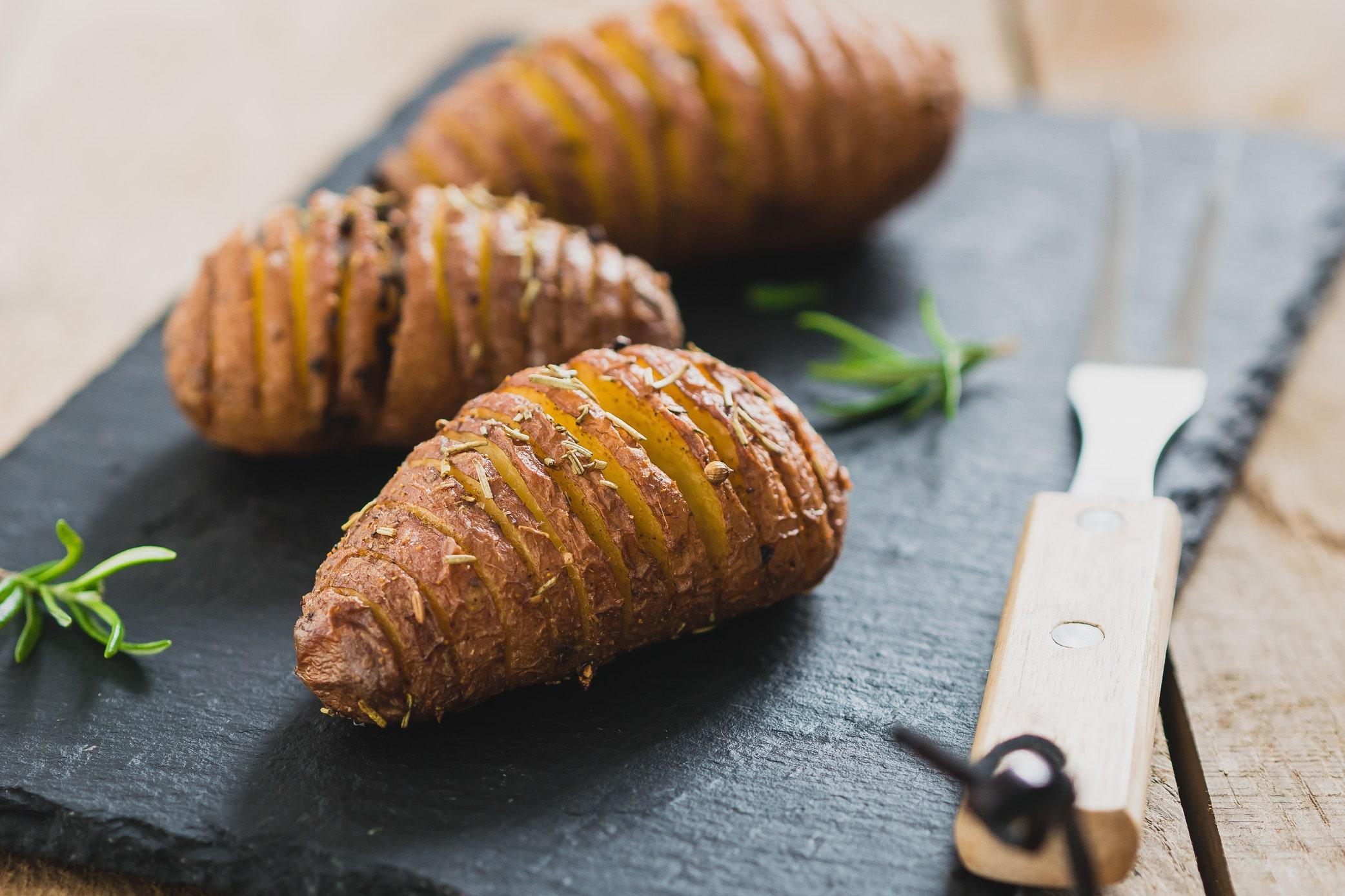 Hasselback aardappels met kruidenolie