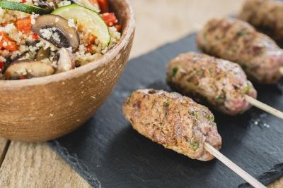 Lamsköfte met couscous salade