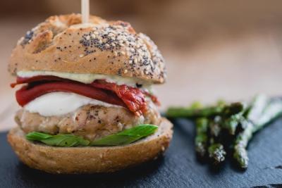 Italiaanse kipburgers met pestomayonaise