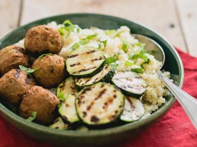 Falafel bowl met gegrilde courgette