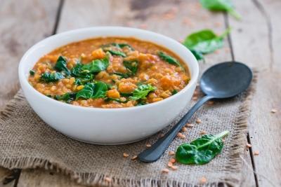 Vullende maaltijdsoep met linzen en spinazie